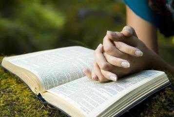 reading-bible-outside